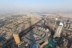 Sikt av Dubai på solnedgången från Burjen Khalifa Arkivfoton