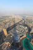 Sikt av Dubai på solnedgången från Burjen Khalifa Arkivbild