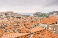 Sikt av Dubrovnik den gamla staden och fortet Lovrijenac Royaltyfri Fotografi