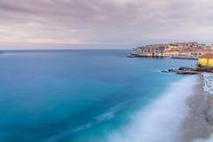 Sikt av Dubrovnik den gamla staden på skymning Royaltyfria Bilder