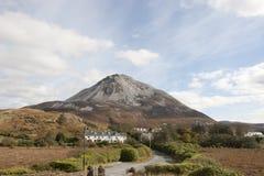 Sikt av Dunlewey med Errigal berg arkivfoton