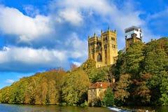 Sikt av Durham domkyrkajordning, från floden arkivbilder