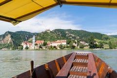 Sikt av Durnstein med abbotskloster och den gamla slotten från färjan på Donau Fotografering för Bildbyråer