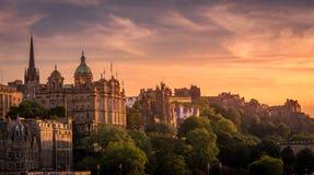 Sikt av Edinburg i solnedgångljus från sidan arkivbild