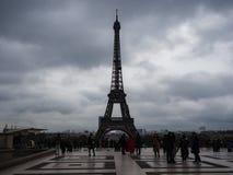 Sikt av Eiffeltorn från Trocaderoen på en dag med svart royaltyfria bilder