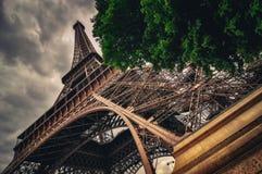 Sikt av Eiffeltorn i Grungy dramatisk stil, Paris royaltyfri fotografi