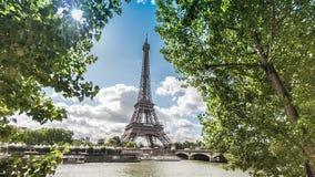 Sikt av Eiffeltorn i Paris Frankrike som inramas i träd Juni 2, 2017 stock video