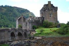 Sikt av Eilean Donan Castle i Dornie, Skottland och bron fotografering för bildbyråer
