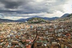 Sikt av El Panecillo i Quito, Ecuador, från domkyrkan Arkivfoton
