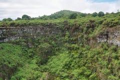 Sikt av en av de tvilling- vulkaniska kraterna i högländerna av Santa Cruz Arkivbilder