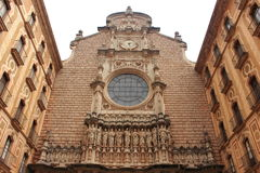 Sikt av en av huvudbyggnaden av Santa Maria de Montserrat Abbey, Catalonia, Spanien Arkivfoton