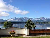Sikt av en bayersk sjö Royaltyfri Fotografi