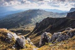 Sikt av en bergsjö Arkivbild