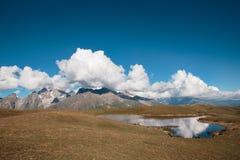 Sikt av en bergsjö på det härliga landskapet för bakgrund Royaltyfria Foton