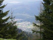 Sikt av en bergstad Royaltyfria Bilder