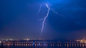 Sikt av en blixt över stad på natten Arkivbilder