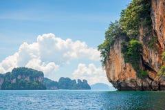 sikt av en brant klippa i Thailand, närbild av havet royaltyfri bild