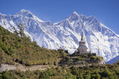 Sikt av en buddistisk stupa med berget Lhotse och Ama Dablam bakom på vägen från den Namche basaren till Tengboche Royaltyfri Fotografi