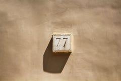 Sikt av en byggnad nummer 77 Arkivfoton