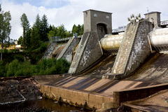 Sikt av en fördämning för vattenkraftstation fotografering för bildbyråer