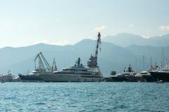 Sikt av en fartygmarina och skeppsdockan med yachten Royaltyfri Fotografi