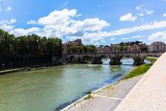 Sikt av en flod och en bro i Rome Arkivfoto