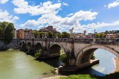 Sikt av en flod och en bro i Rome Royaltyfri Bild