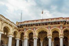 Sikt av en forntida Thirumalai Nayak slott med folk, skulpturer och pelare, Madurai, Tamil Nadu, Indien, Maj 13 2017 Royaltyfri Fotografi