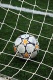 Sikt av en fotbollboll inom goalposten Arkivbild