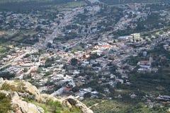 Sikt av en by från höjderna royaltyfri bild
