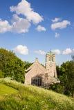 Sikt av en gammal medeltida kyrka Arkivfoto
