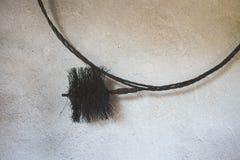 Sikt av en gammal metalllampglasborste som hänger i ett skjul fotografering för bildbyråer