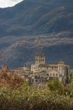 Sikt av en gammal slott på apennineberg arkivbild