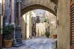 Sikt av en gata av ericen med den gotiska bågen Royaltyfri Foto