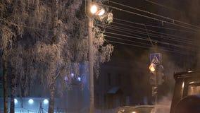 Sikt av en gata för vinteraftonstad stock video
