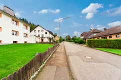 Sikt av en gata i en tysk by Arkivfoton