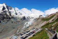 Sikt av en glaciär i bergen Arkivfoto