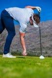 Sikt av en golfare som teeing av från en golfutslagsplats Arkivfoton
