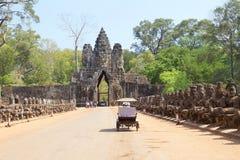 Sikt av en gopura av ingångarna till den första bilagan i det arkeologiska stället av Angkor Wat, siam skördar Royaltyfri Fotografi