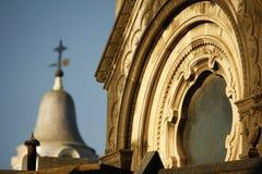 Sikt av en gravvalv med ett kors på bakgrunden på den Recoleta kyrkogården i Buenos Aires royaltyfri fotografi