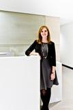Sikt av en gullig flicka i kontoret royaltyfria foton