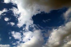 Sikt av en härlig blå himmel med stackmolnmoln fotografering för bildbyråer