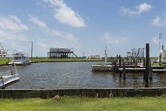 Sikt av en hamn i bankerna av Lake Charles i staten av Louisiana royaltyfria foton
