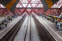 Sikt av en järnvägsstation i Zaandam Arkivfoto