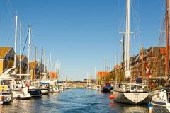 Sikt av en kanal i central Köpenhamn i solig dag för vår arkivbilder