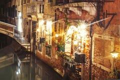 Sikt av en kanal i Venedig arkivbilder