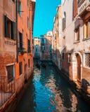 Sikt av en kanal med fartyg och gondoler i Venedig, Italien Venedig är en populär turist- destination av Europa royaltyfria foton