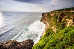 Sikt av en klippa i Bali Indonesien Arkivbilder