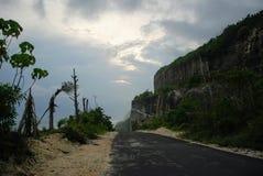 Sikt av en klippa nära en strand i bali, indonesia Arkivfoto