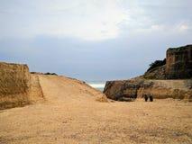 Sikt av en klippa nära en strand i bali, indonesia Fotografering för Bildbyråer